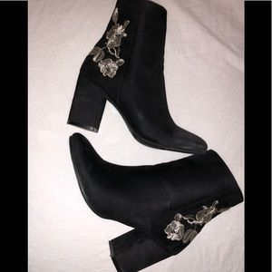 Black boots with embroidered gold roses ✨